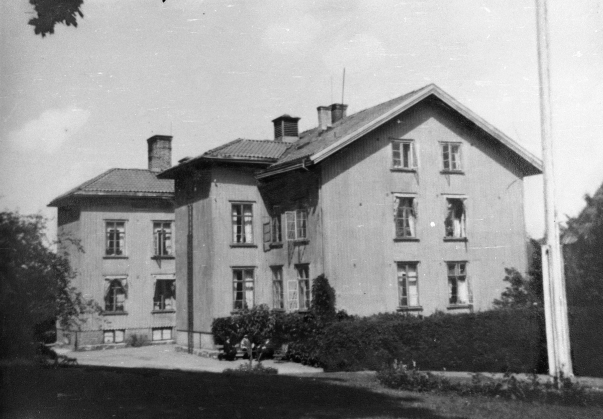 Försörjningsinrättningen i Kärra Hökegård, startade i Mölndal omkring 1895 och stängde 1951. Kärra Hökegård var ett försörjningshem för såväl senildementa som psykiskt sjuka, ensamstående mödrar och personer med funktionsnedsättning. Verksamheten försvann i och med att Lackarebäckshemmet stod klart 1951.