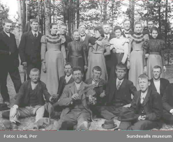 Alby 1898. Gruppbild med tjugo ungdomar, en av dem har en fiol.