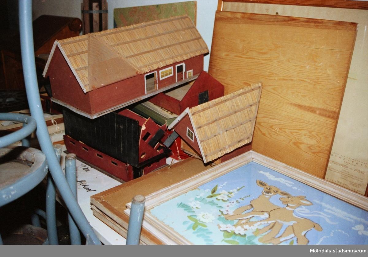 """Miniatyrbyggnader som tillverkades i Skolslöjden för en större modelljärnväg som byggdes upp i en lokal i Stora skolan. Saker som stod på Streteredshemmets vind innan Mölndals museum hade sin utställning """"Är du inte riktigt klok?""""."""