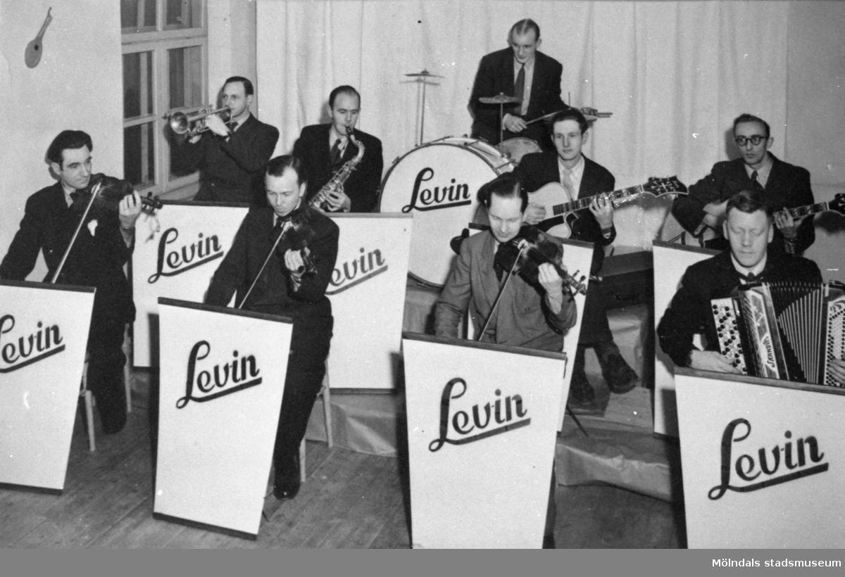 Repetition med Levins orkester vid Levins fabrik på Hisingen. Tage Qvist är tredjen från vänster. 1940-tal.