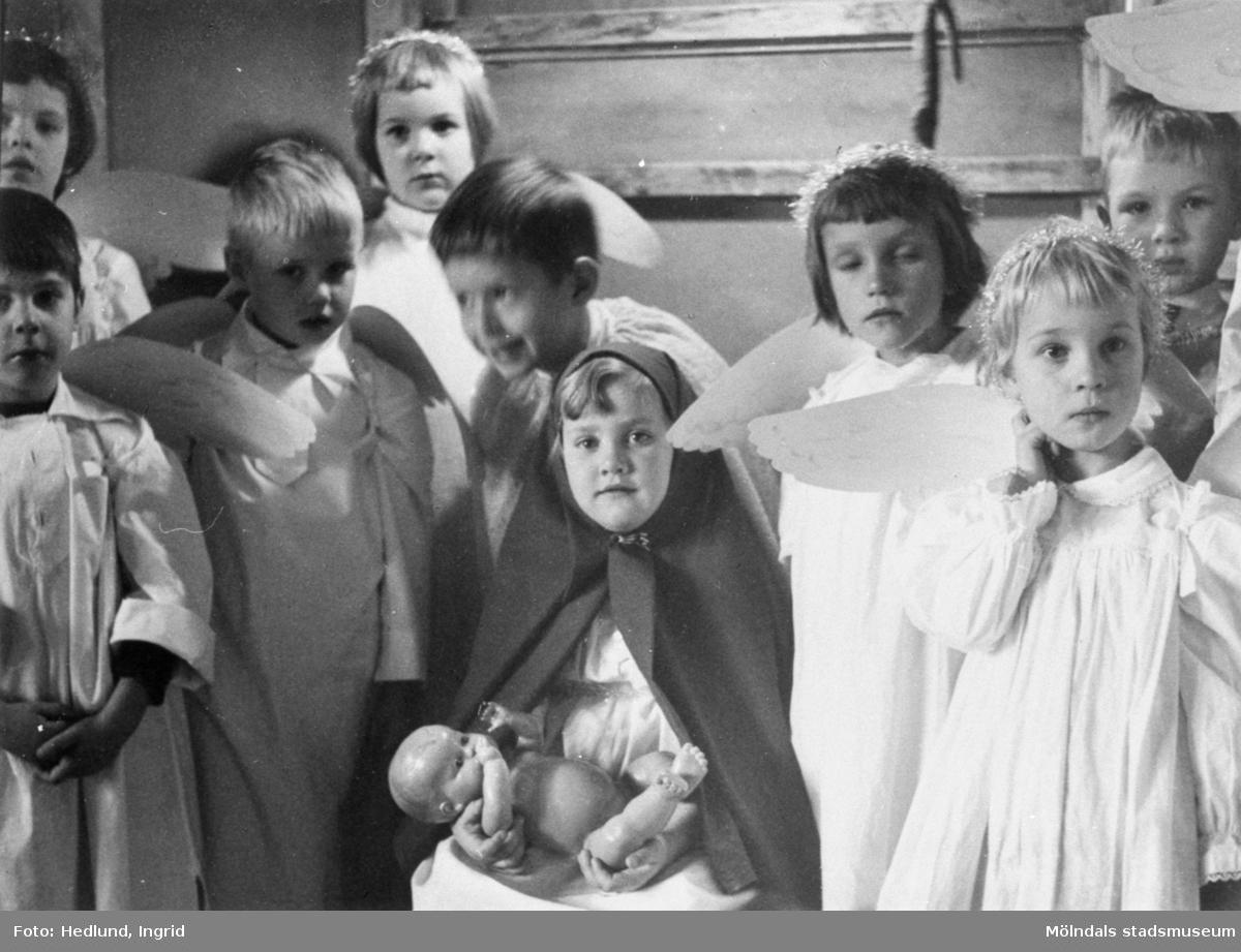 Bosgårdens barnträdgård 1938-1945. Barn utklädda till änglar mm för julkrubba/julspel.