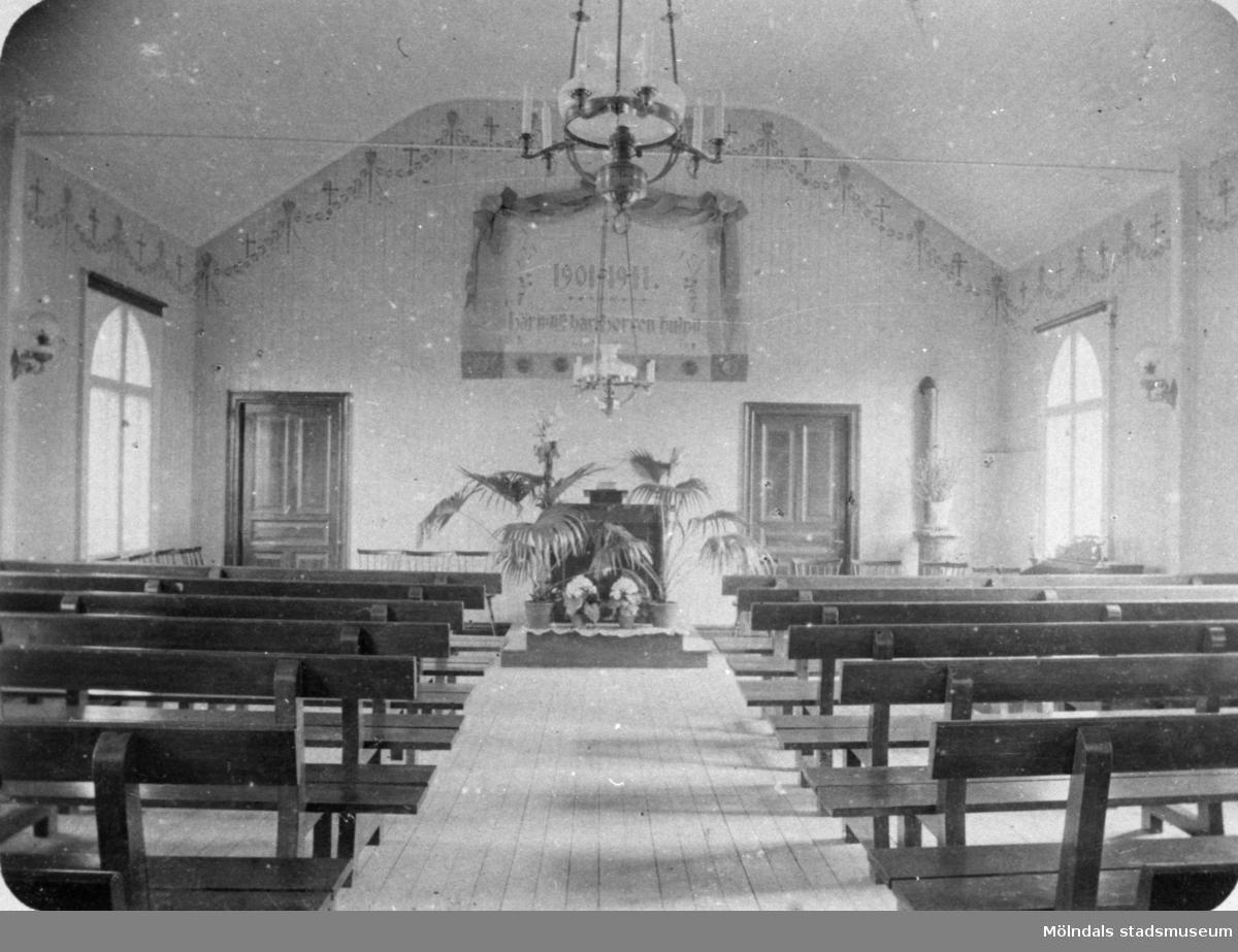 """Metodistkyrkan, gamla kapellet 1910-tal. På väggen står det """"1901-1911"""" och """"Här intill har Herren hulpit""""."""