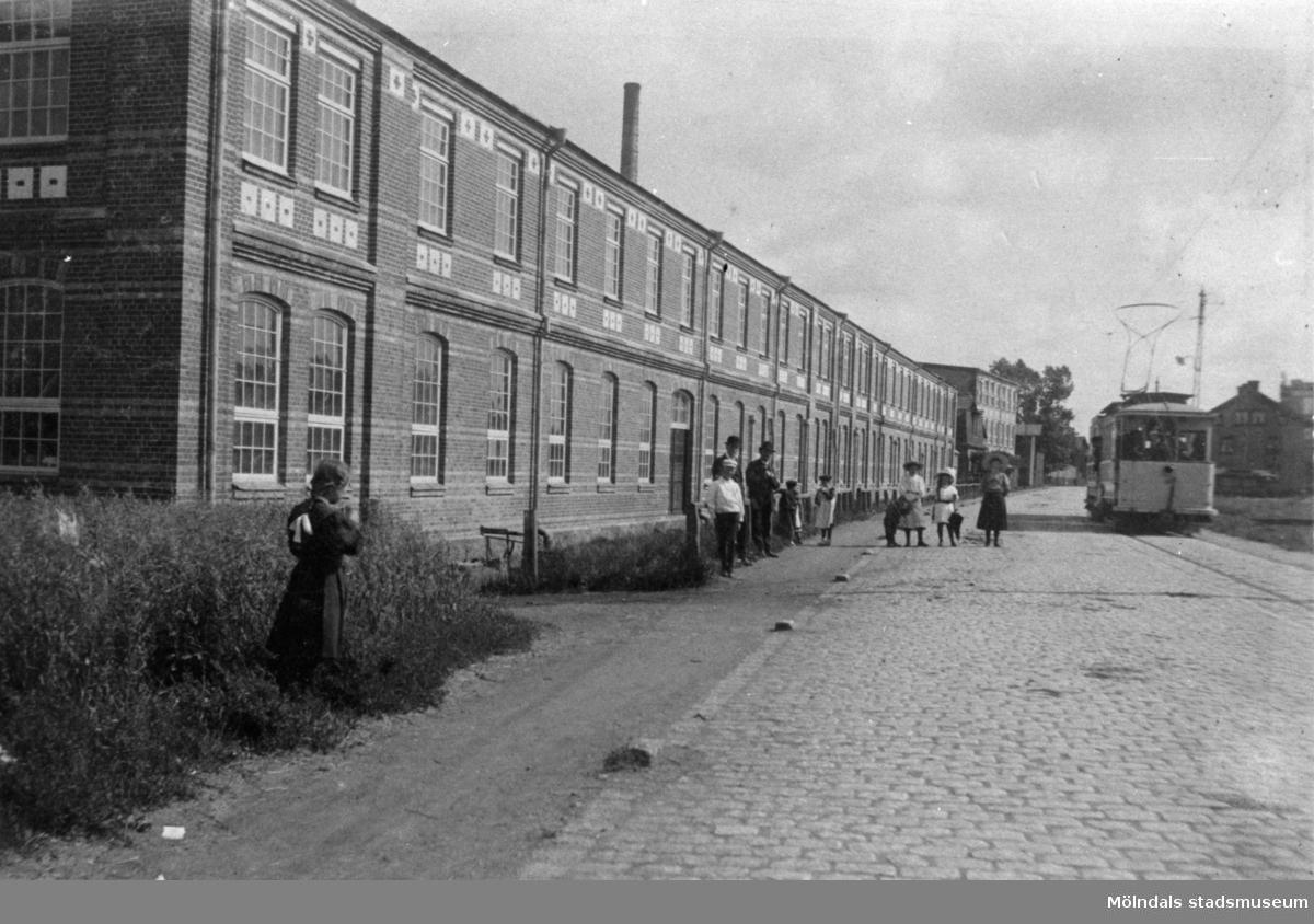 Premiärtur av första elektriska spårvagnen vid Krokslätts fabriker i Mölndal. År 1907.