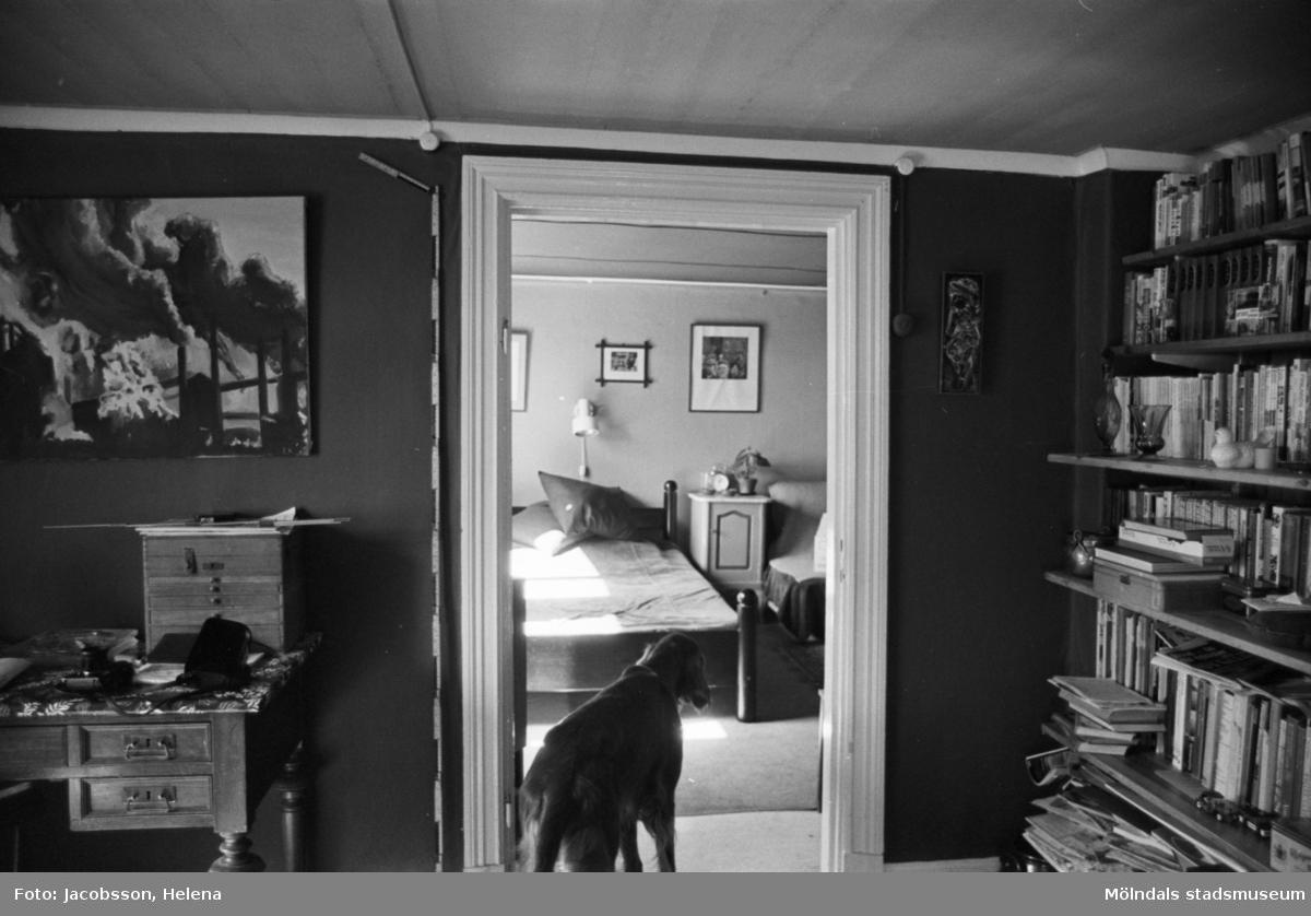 Bostadshus Roten M 10, okänt årtal. Interiörbild av två rum varav en hund i det ena.