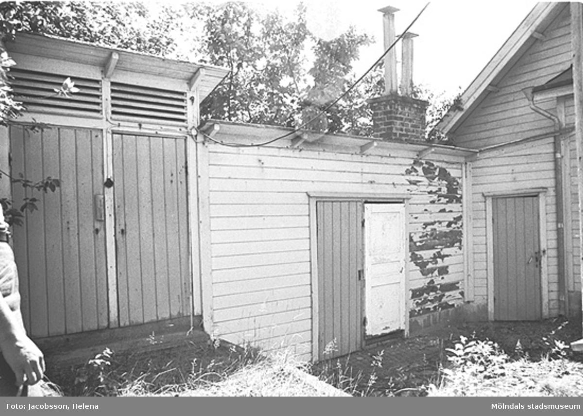 Exteriörbild av bostadshus med uthus på Roten M 27 i Mölndals Kvarnby, 1972.