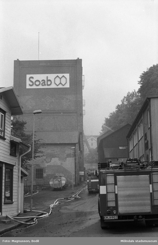 Soab-branden i Stora Götafors den 4 juni 1986. Branndbil som står på Götaforslidens nedre del.
