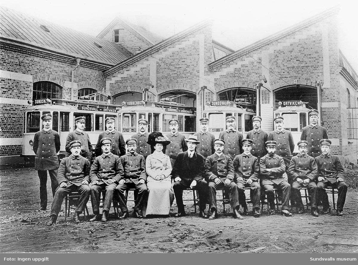 Spårvägspersonalen utanför hallarna. I mitten ingenjör Elf och kassörskan, fru Huss. Bilden togs i samband med invigningen 1911.
