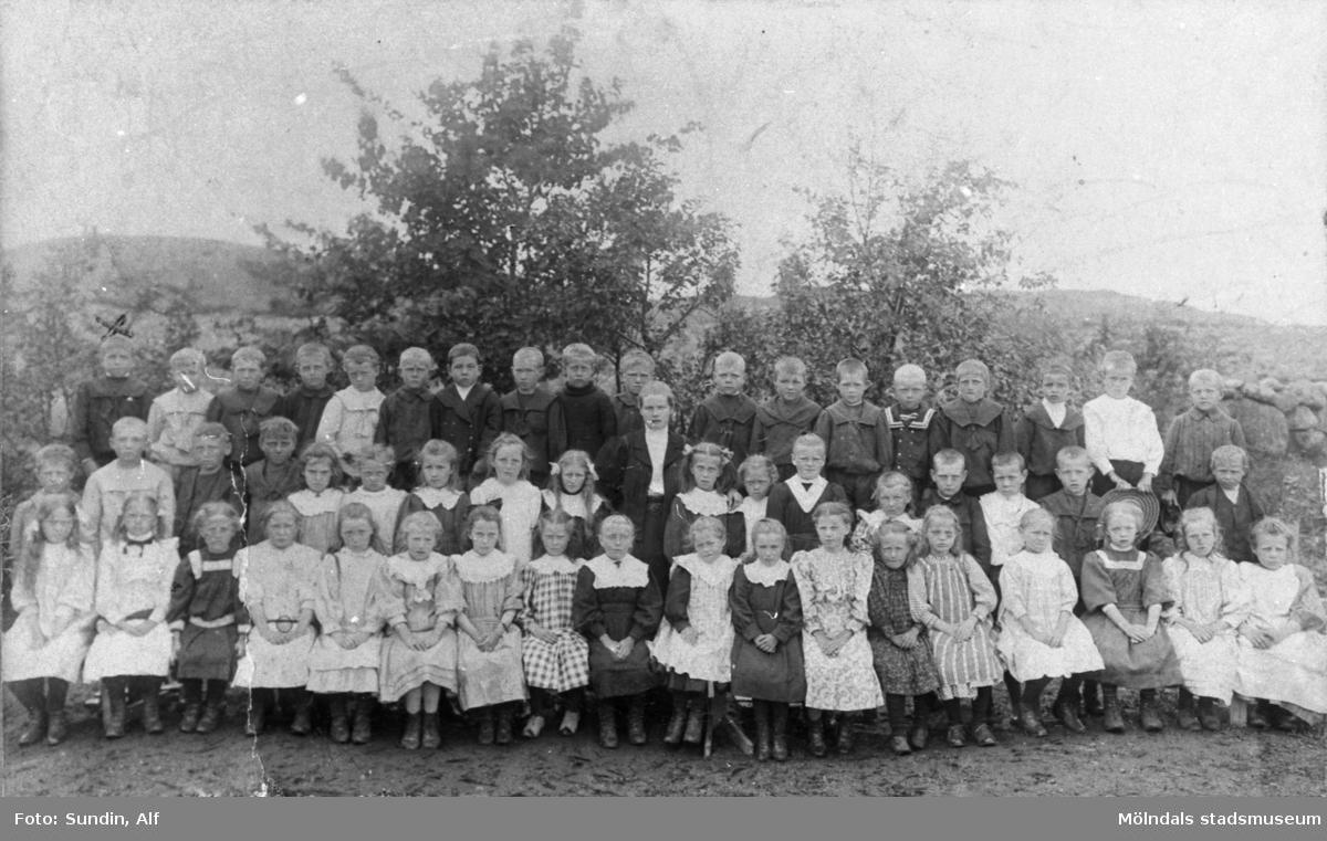 Klasskort på första klass i Kållered 1907. Fotot är taget utomhus.