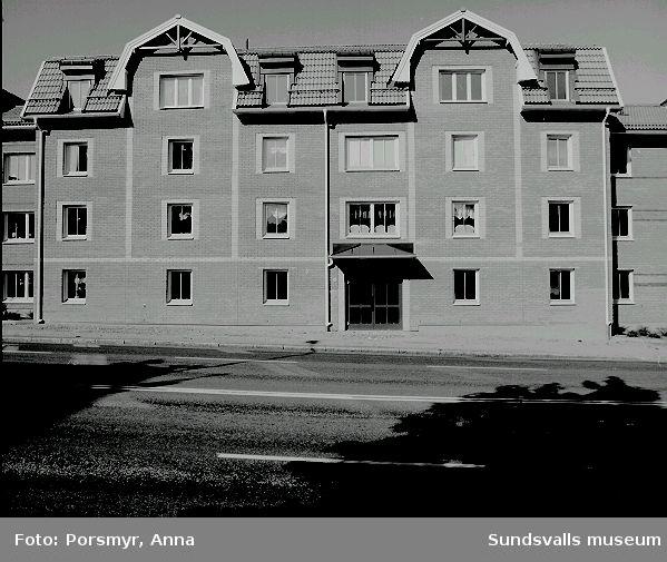 Flerbostadshus, kv. Fiskalen 10, Bergsgatan 22 - 26. Hyreshus, uppfört av AB Sundsvallsbyggen och ritat av TN Arkitekter AB (Per Lindmark), stod inflyttningsklart 1991:03 Innergården04 - 09 Fasad mot Bergsgatan
