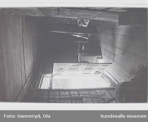 Kulturmiljöinventering i Holms s:n.Bild 07 Bagarstuga, interiör. Dörren till de s. rummet. Rödbrun ram, olivgröna speglar, lister röda innerst. Blågröna ytterst.