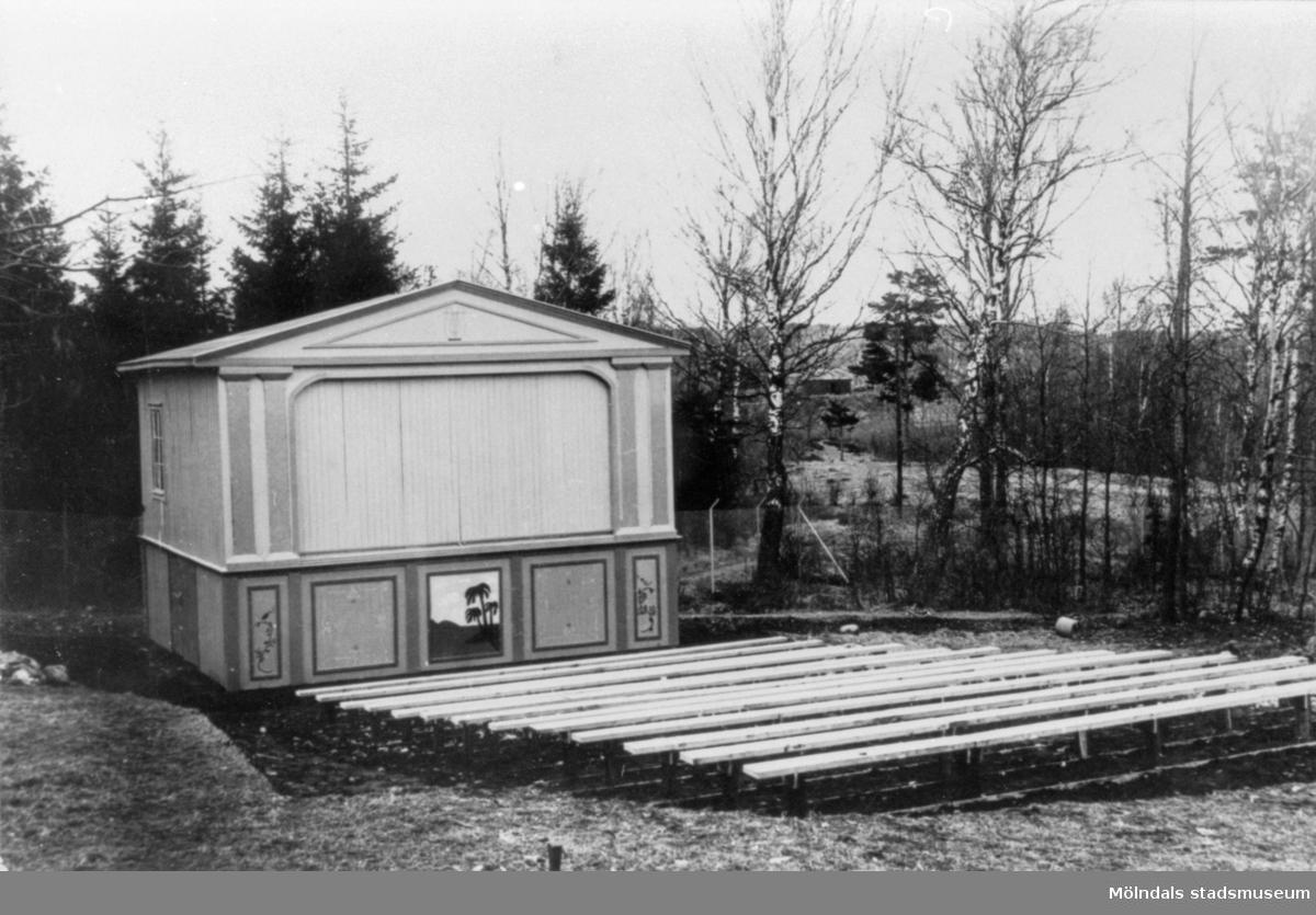 Friluftsteater med sittbänkar framför. Folkets park i Kikås, 1940-talet.