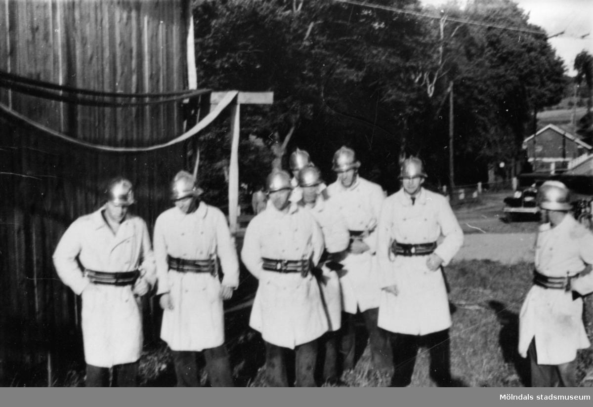 Lindome Borgarbrandkår 1945: Sten Karlsson, Karl Karlsson, Sven Lennart, Karl-Erik, Birger och Elis Andersson. Samtliga brandmän var anställda hos August Werners textilfabrik (Anderstorps fabrik).