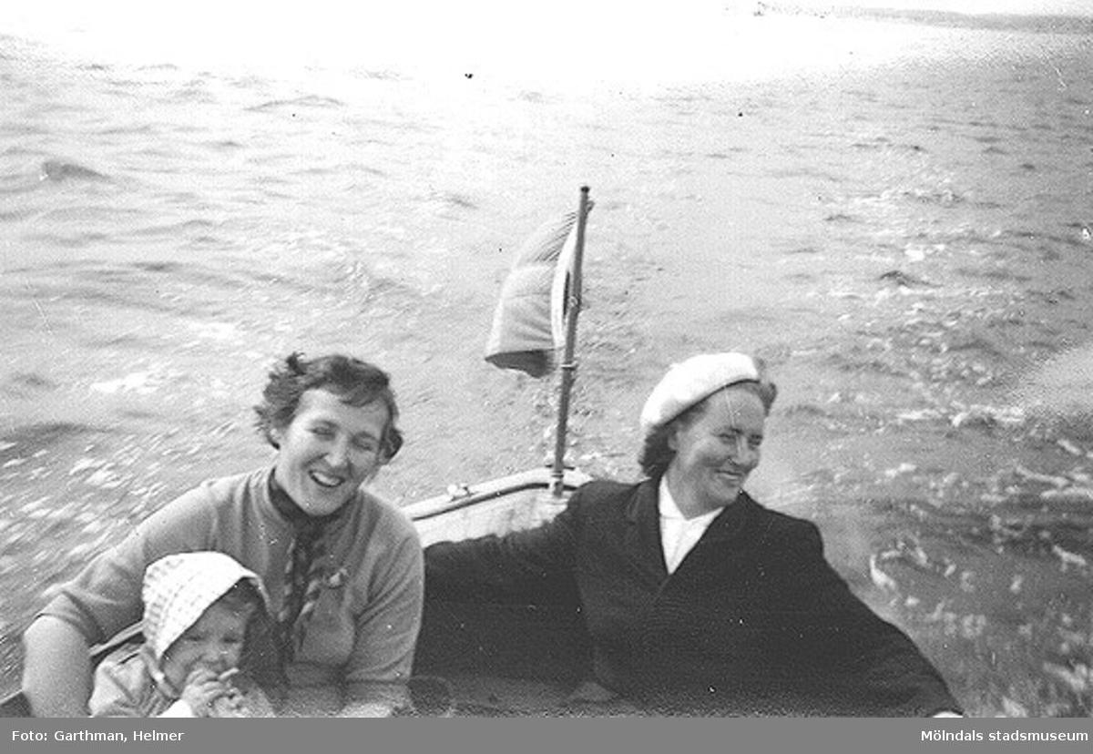 Anni Persson med sonen Tor-Leif och Astrid Garthman ute med familjen Perssons båt. Näset, 1950-tal.