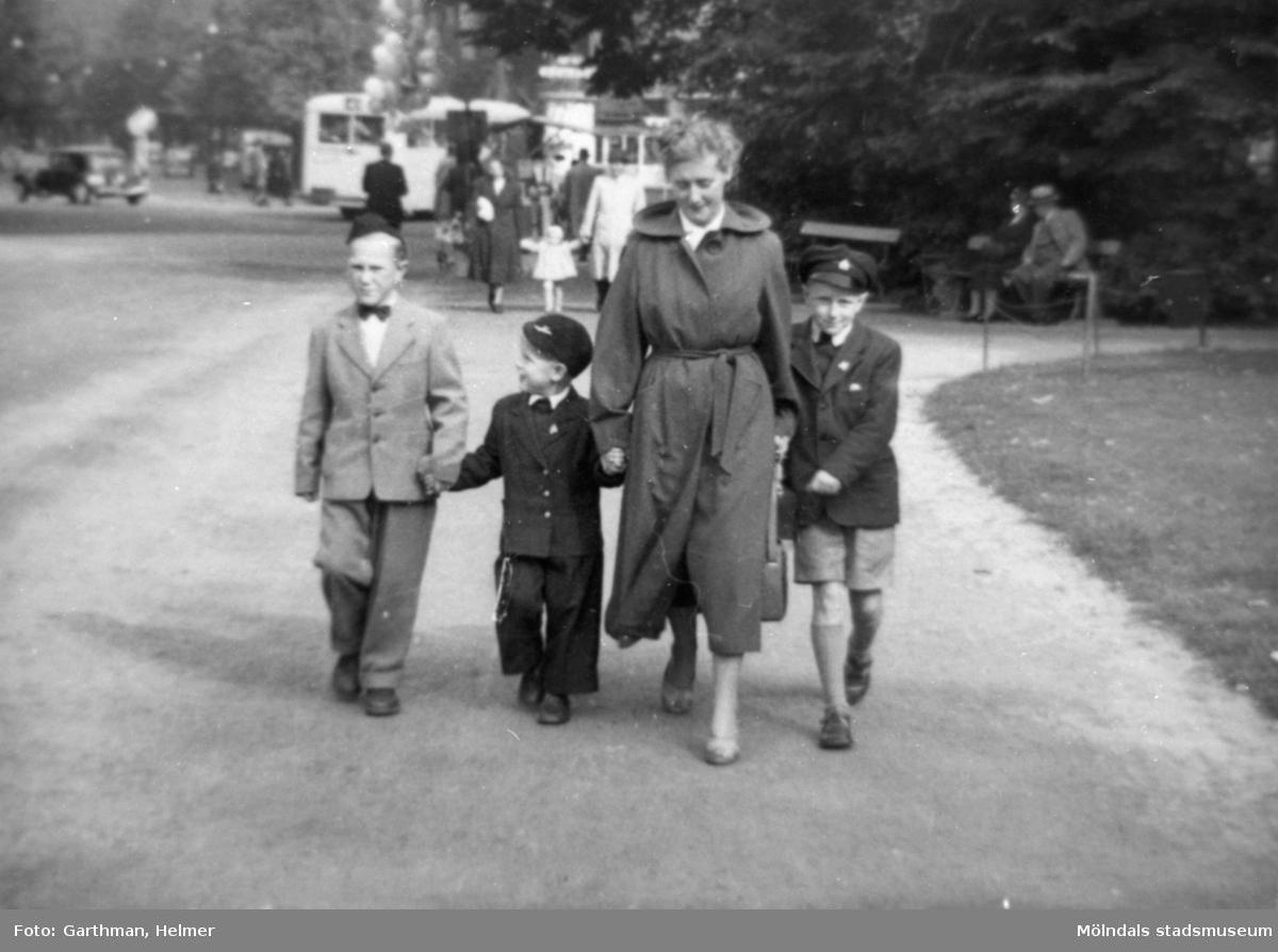 Från vänster: kusinen Per-Olof Larsson, Alf Garthman, Astrid Garthman och Leif Garthman är på väg mot Slottskogen. 1950-tal.