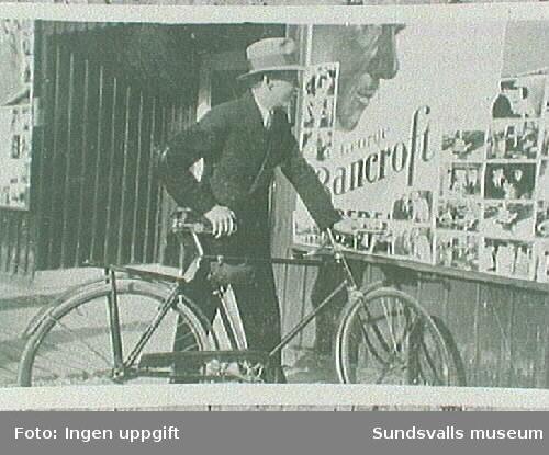 Halvar Gäfvert utanför biografen Metropol i Kvissleby.