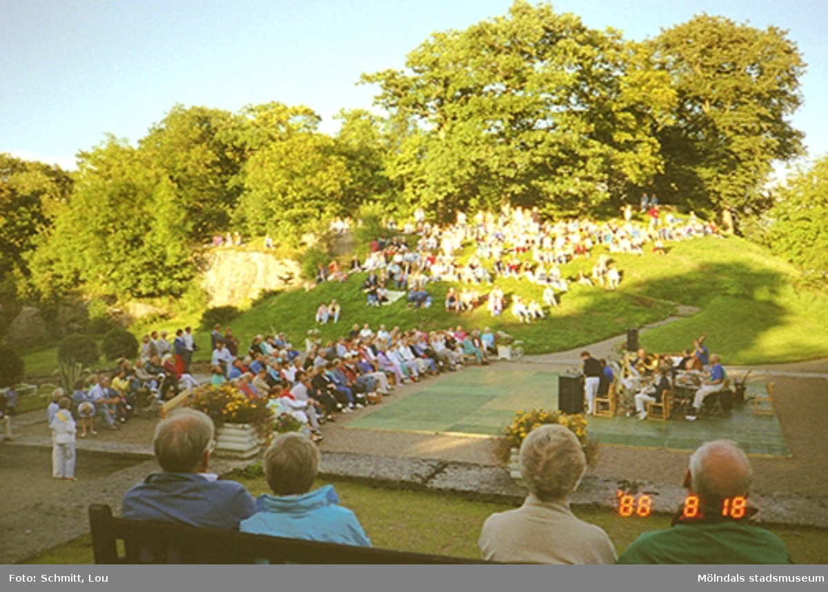 Publik framför scenen vid Gunnebo slott.