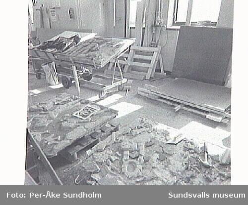 Restaurering av Marcus Lövblads relief från stadshuset. Restaureringsarbete i verkstaden Heffnersväg.1 av Lennart Nyberg, murare, Byggservice, Fastighetskontoret.