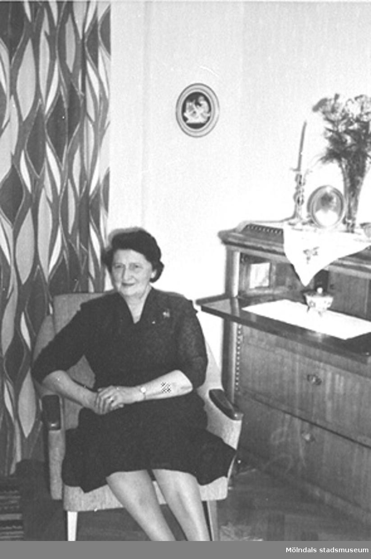 """Anna arbetade på Stretereds skolhem 1924-1935 och var dotter till möbelsnickaren Victor Hasselberg.Anna polerade lindomemöbler när fadern hade verkstad i hemmet. Läs gärna Annas berättelse på sidorna 44-45 i utställningskatalogen """"Lindomemöbler"""" av Mölndals museum."""