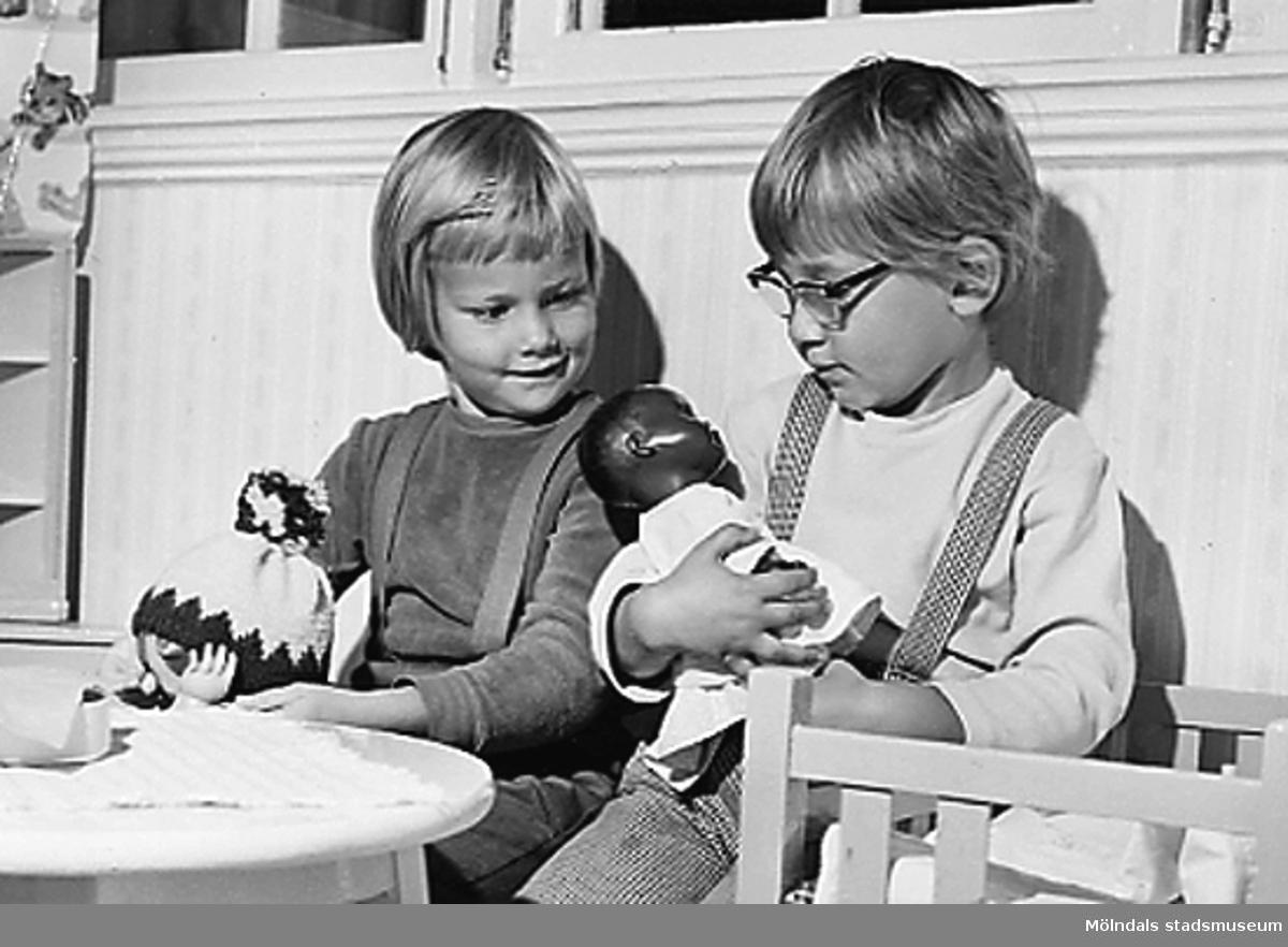 Två barn med dockor i famnen. Holtermanska daghemmet 1953.
