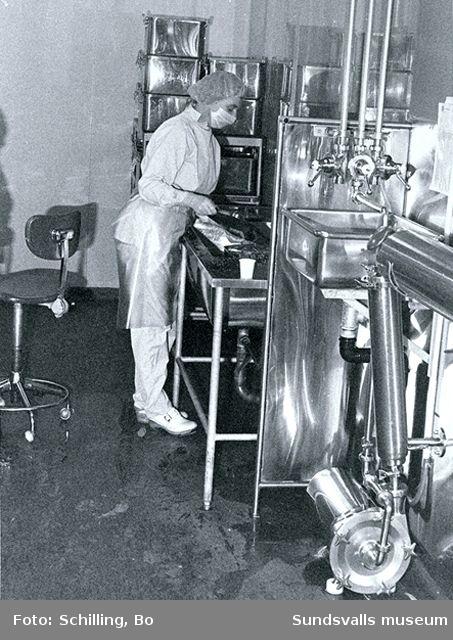 Distriktslaboratoriet i Högoms gamla skola, Selånger sn, invigdes 1953 och flyttade 1965 till Matfors, Tuna sn. Fotografierna nedan är hämtade från fabriken i Matfors.01 Mixturlinjen02 Materialtransportanläggning03 Förbehandling, filtrering av sterilt material04 Upplockningsplats på autoklaveringsvagn för glasflaskor med spolvätska05 Autoklaveringsvagnar med flaskor på väg in i autoklaven06 Förbehandling, filtrering av sterilt material08 Paketering av lösningar på mixturlinejn09 Paketering av lösningar på mixturlinjen11 Etikettering av flaskor på mixturlinjen12 Påfyllningslinje för sterila lösningar