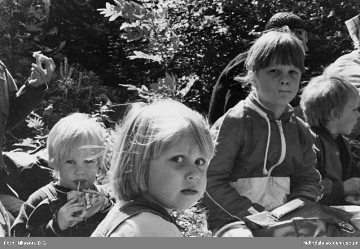 Barn och fröknar som fikar ute i naturen. Holtermanska daghemmet juni 1973.