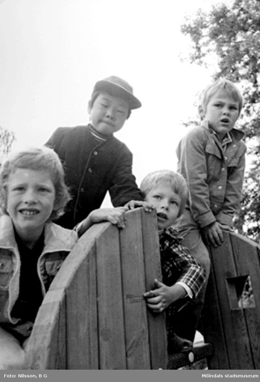 Fyra pojkar som leker utomhus. Holtermanska daghemmet juni 1974.