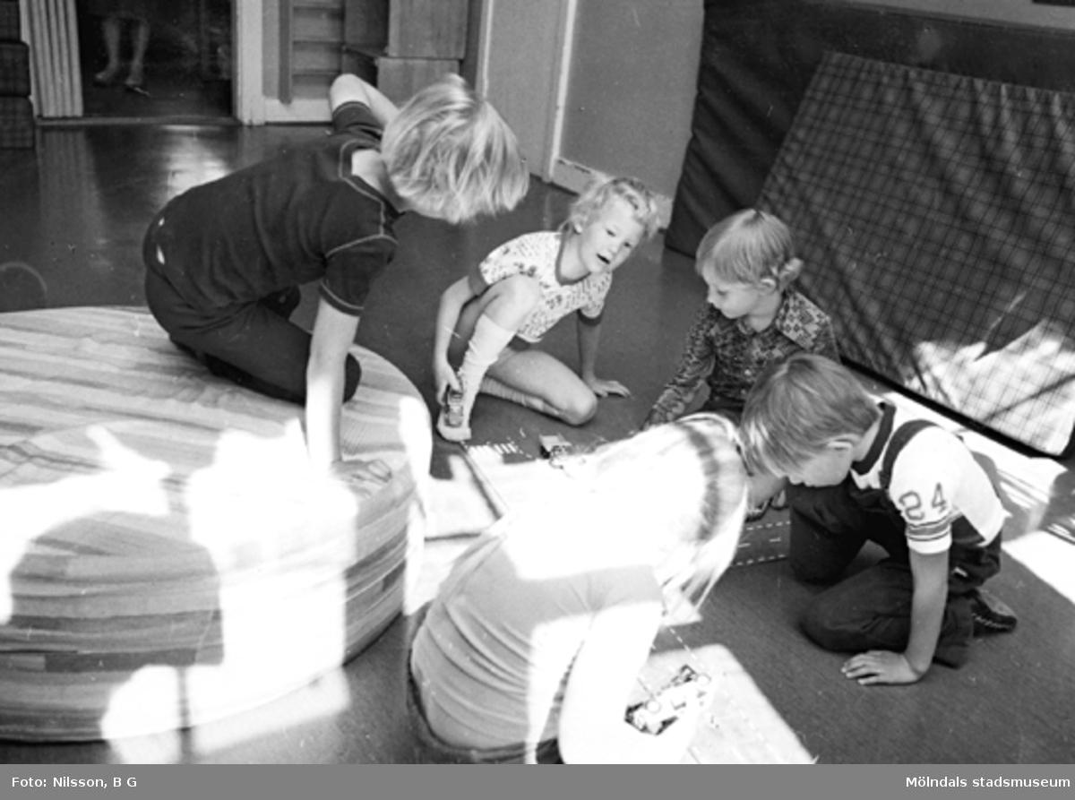Flera barn som leker på golvet. Holtermanska daghemmet, okänt årtal.