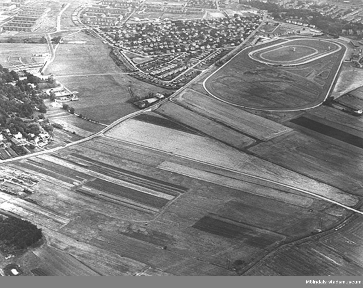 Flygfoto på östra delen av Fässbergs by (med prästgårdens ladugård och Fässbergs skola), Solängen och Åbyfältet. Taget 1970-08-28.