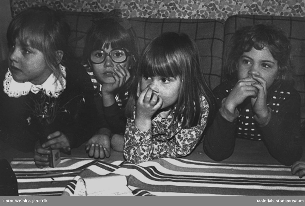 """Fyra flickor sitter samlade i samband med en intervju av Elisabet Jolbäck, journalist på Mölndals-Posten. Från vänster: Cecilia Sjösvärd, Charlotta """"Lotta"""" Jönsson samt systern Carolina """"Nina"""" Jönsson och Bodil Carlsson, våren 1976 på Bifrosts daghem."""
