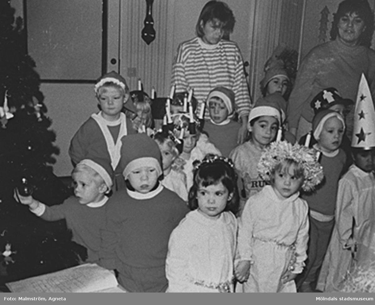 Luciatåg med lucior, tomtar, tärnor, Kalikåhästar och pepparkaksgubbar på avdelningarna Rapsblomman och Havrestrået. Personal från vänster: Ritva Hynnimen och Stina Larsson.