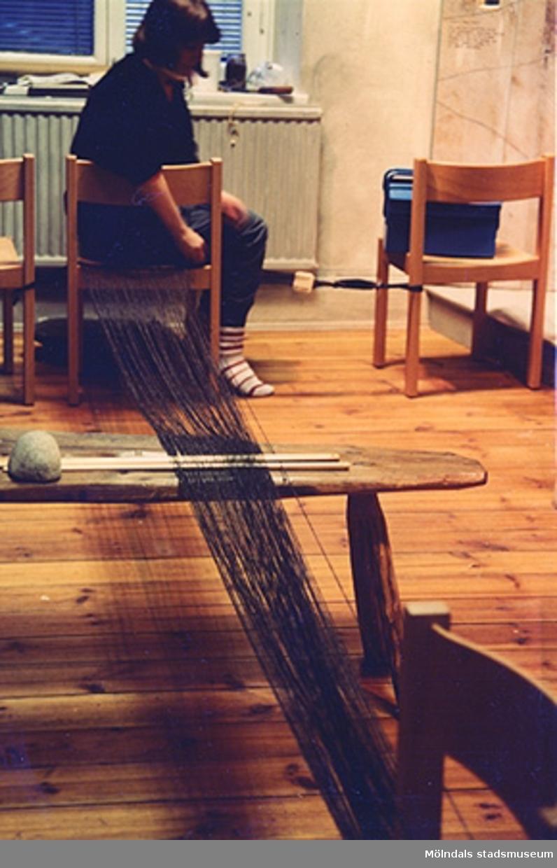 Gunilla Rajala från Alingsås museum. Vävstolen stod i järnåldershuset som var en basutställning på Mölndals museum.