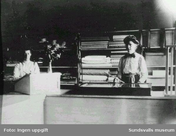 Interiör tygaffär i Gångviken, som innehades av fotografen Erik Larssons hustru Anna och deras dotter Hulda, gift Sundström född 1888 i Rättviks socken. Till vänster Svea Nordin . Anna och Hulda drev även en mjölkbutik.