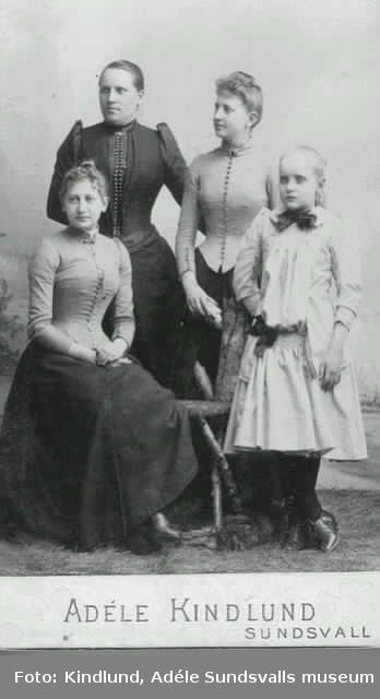 Dana f 1862 död 1900 bankkassör, halvsyster till Hulda Thyra och Astrid