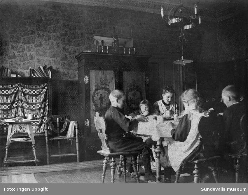 Gustaf Hellgrens privata lägenhet på brandstationen. Hustrun Olga med barnen Einar, Inge, Kajsa och Carola i matsalen. Privata bilder med brandchefen för Sundsvalls brandkår Gustaf Hellgren och hans familj.