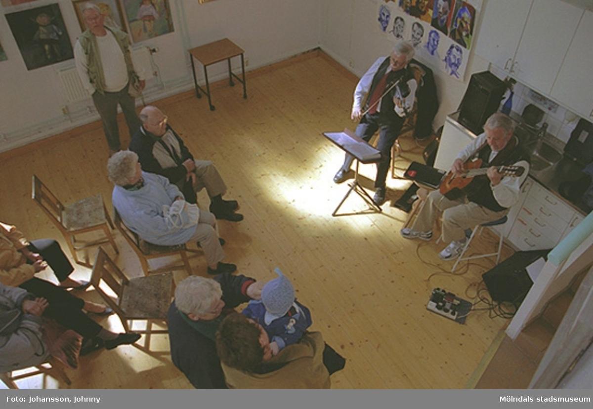 Musikunderhållning med publik på Mölndals målarskola. Erling Olofsson spelar fiol och Lasse Börjesson spelar gitarr.