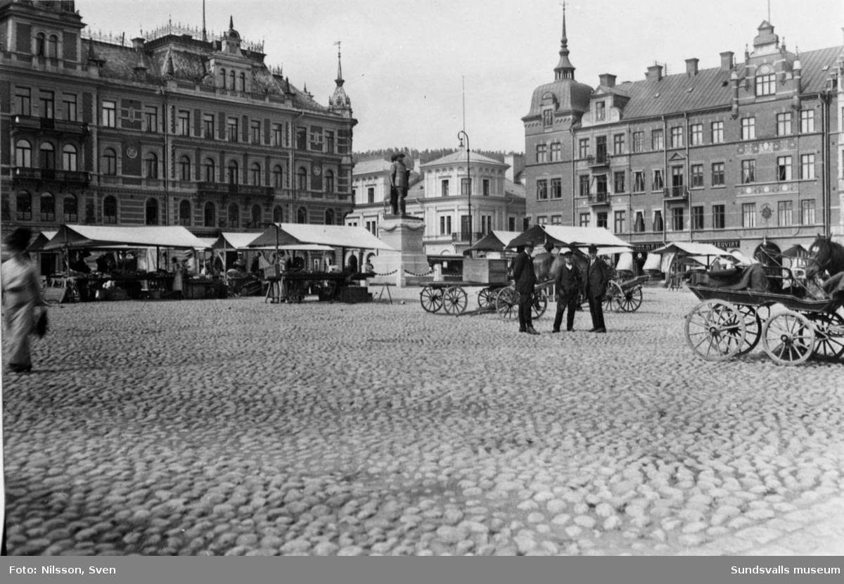 Stora Torget med den nyinvigda G-A statyn i mitten. Det nu rivna huset med Botvid Johanssons Vinhandel i mitten av bilden.