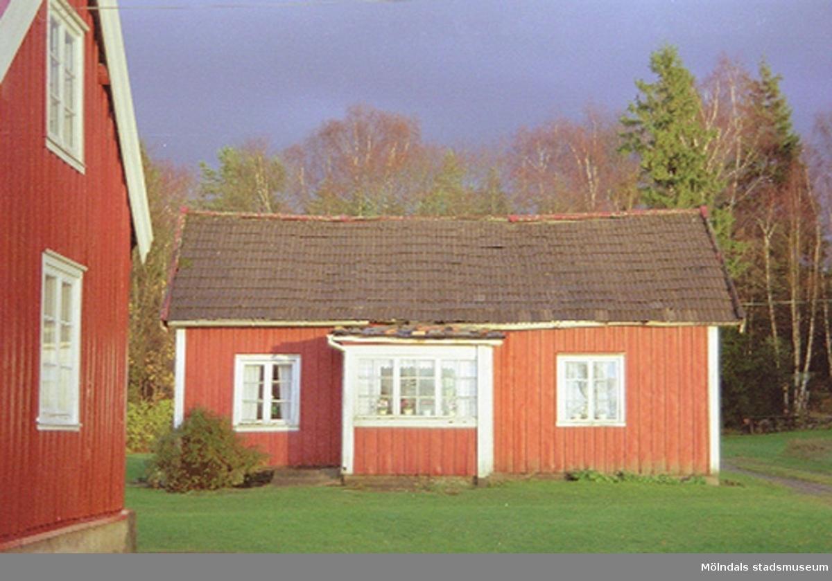 Sinntorp 2:11. Ladugård och nu rivet torp, 2001-11-07.