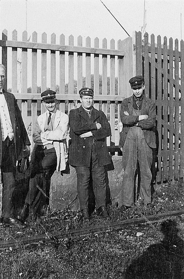 Från vänster: transportmästaren på gården Stockholm 1, chaufför Åberg, Magnus Viktor Oscarsson (1883-1964). Den sistnämnde började köra i posttransporten omkring 1913.