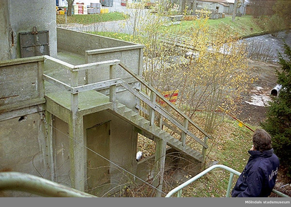 Vy från norr på trappa tillhörande f.d. syratornet inom Papyrusområdet, oktober 1998. Ove Grönlund står i nedre, högra hörnet.