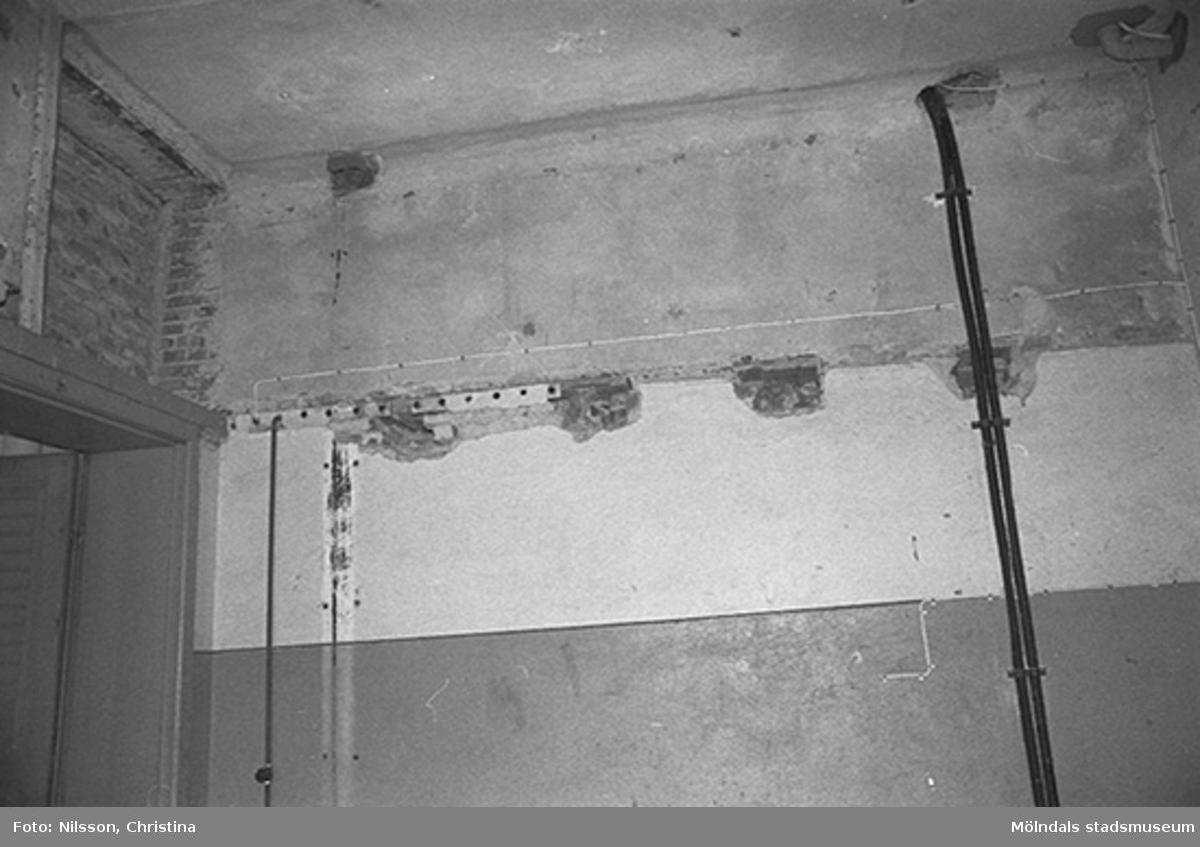 Elinstallation på murvägg i Werners fabriker, Lindome. Hösten 1994.