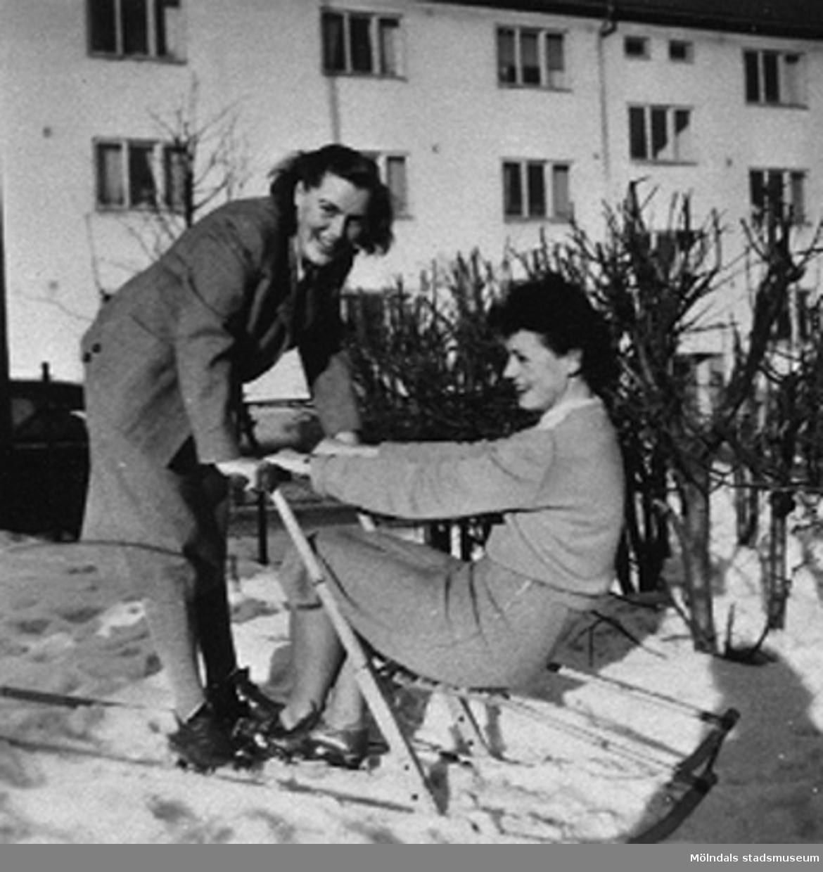 """Lärarna på Krokslätts daghem åker spark.Krokslätts daghem, Dalhemsgatan 7 i Krokslätt 1948-1951.""""Föreståndaren: Gunnel Kullenberg, bitr. föreståndaren: Margit Emilsson (gift Wannerberg -52), förskollärarna: Ingrid Andelius (gift Svedenbrandt) och Pierrette Pet`e(r) (gift Göhluer) och barnskötaren: Ruth Carlsson (gift Karlsson) arbetade på Krokslätts daghem.Vi fyra tjänstgjorde i den s.k. Villan som hade två avd, två lärare på varje avd.  Man arbetade 6 dagar i veckan, måndag till lördag.I huvudbyggnaden på andra vån. fanns personalbostad att hyra. Dit inbjöds våra vänner till party, även blivande fästmän. Ingrid träffade sin man där.Jag sammanförde också Pierrette och Åke som sedan gifte sig. Jag blev gudmor till deras dotter Christine, född 1957.""""                                                                       Enligt Margit Wannerberg."""