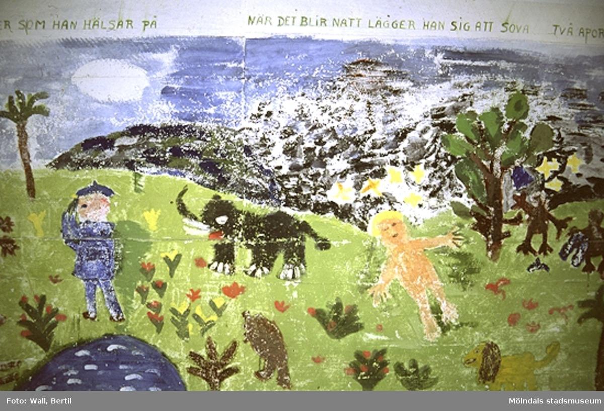 Teckningar målade av barn, 4-6 år, på Toltorps lekskolor. Teckningarna utfördes 1953 för att utsmycka Lackarebäckshemmet. Motiven är hämtade ur ett antal välkända sagor.