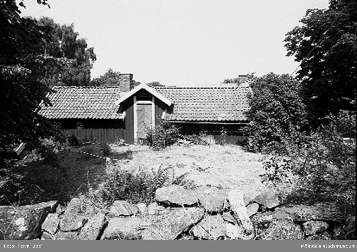 Ekonomibyggnad med någon form av en stenmur. Högen 2:1/2:2 i Kållered,  1992-06-30.