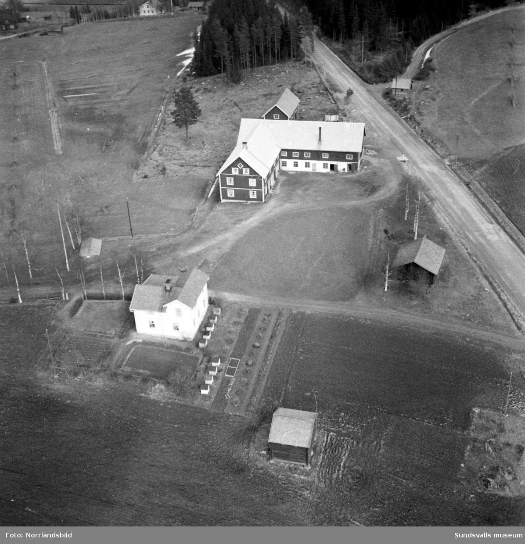 Flygfoton över en lantgård i Berg, mellan Töva och Vattjom. Invid boningshuset står bikupor på rad.