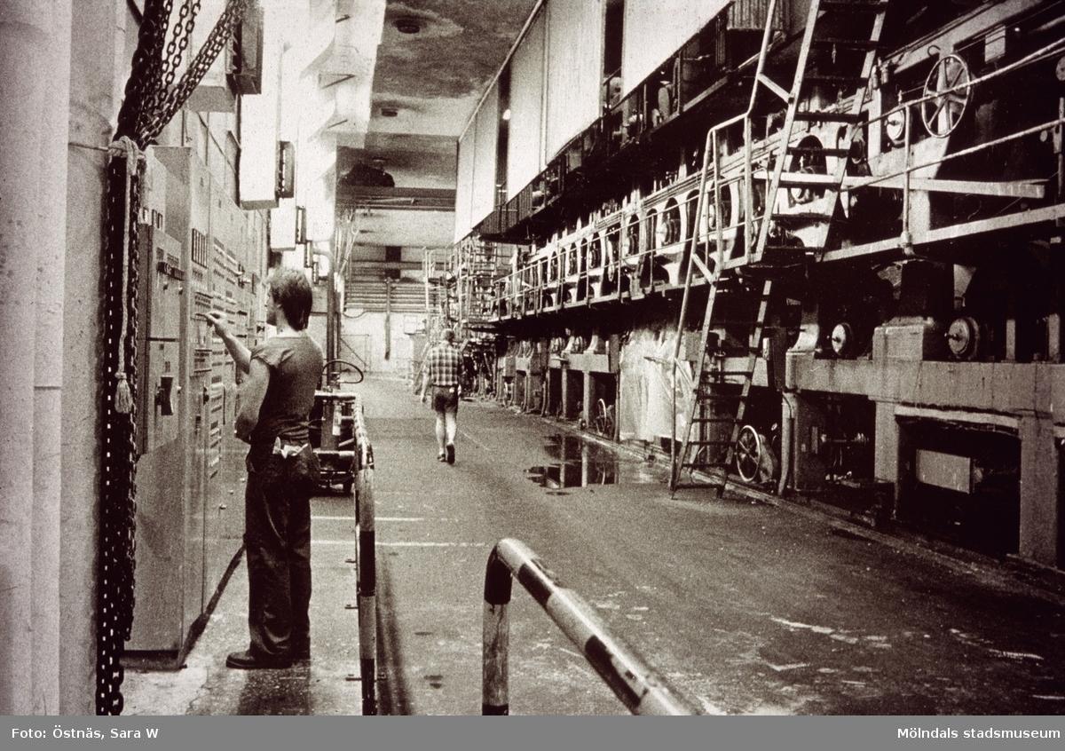 Man i arbete vid kartongmaskin nr 2 på Papyrus i Mölndal, år 1990.