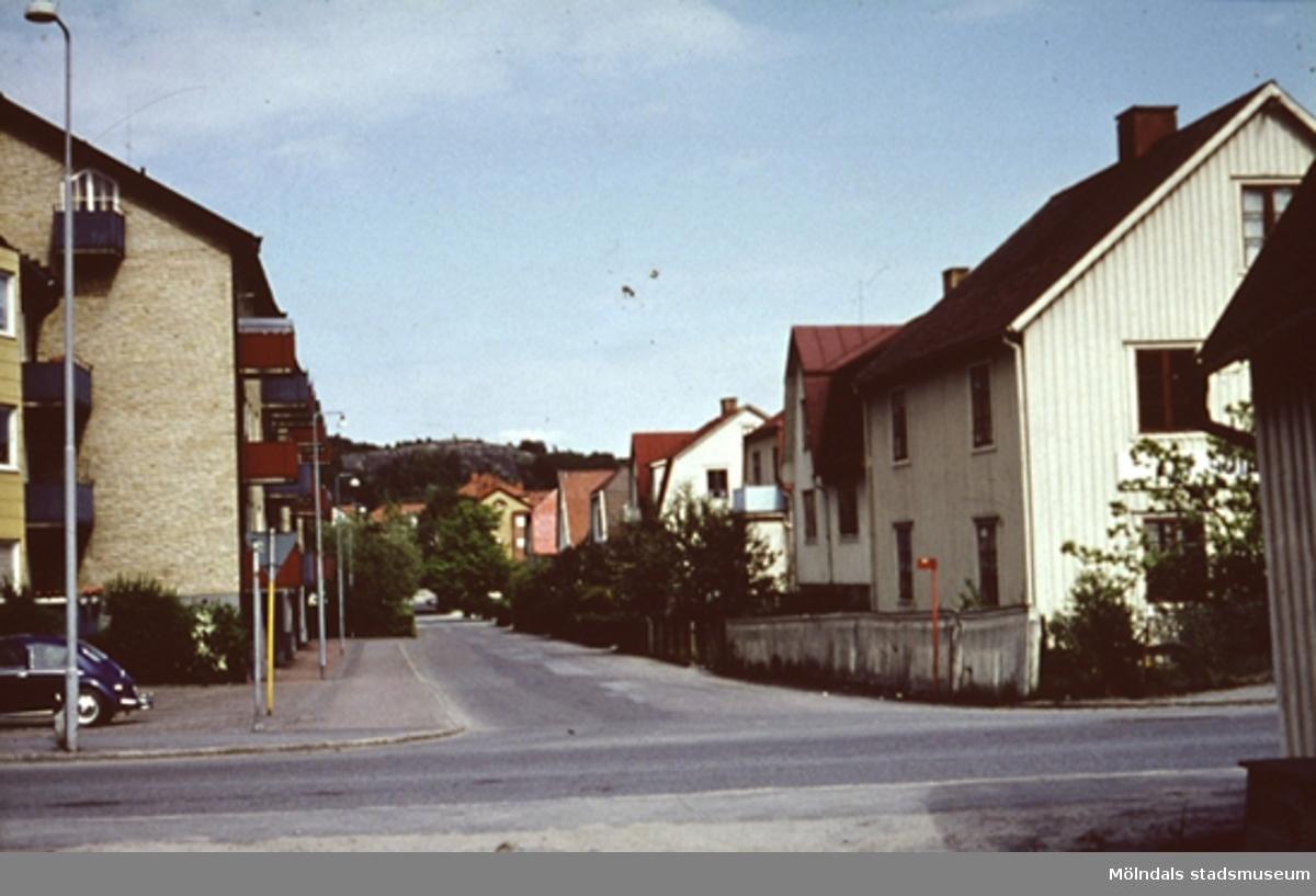 """Bostadshus längs Bergmansgatan i Mölndal, år 1968. I vänsterkant på bild: ingång till Arbetsförmedlingen under en viss period, och till höger Andre´ns Möbler, Lagerbyggnaden. Därefter nedåt gatan följer """"Qvicks"""",""""Brandmannens"""",Bjureks, Arnold Lundins och Lindqvists."""