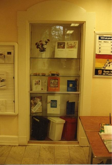 En igensatt dörr som efter renoveringen blev ett utmärkt skyltfönster.