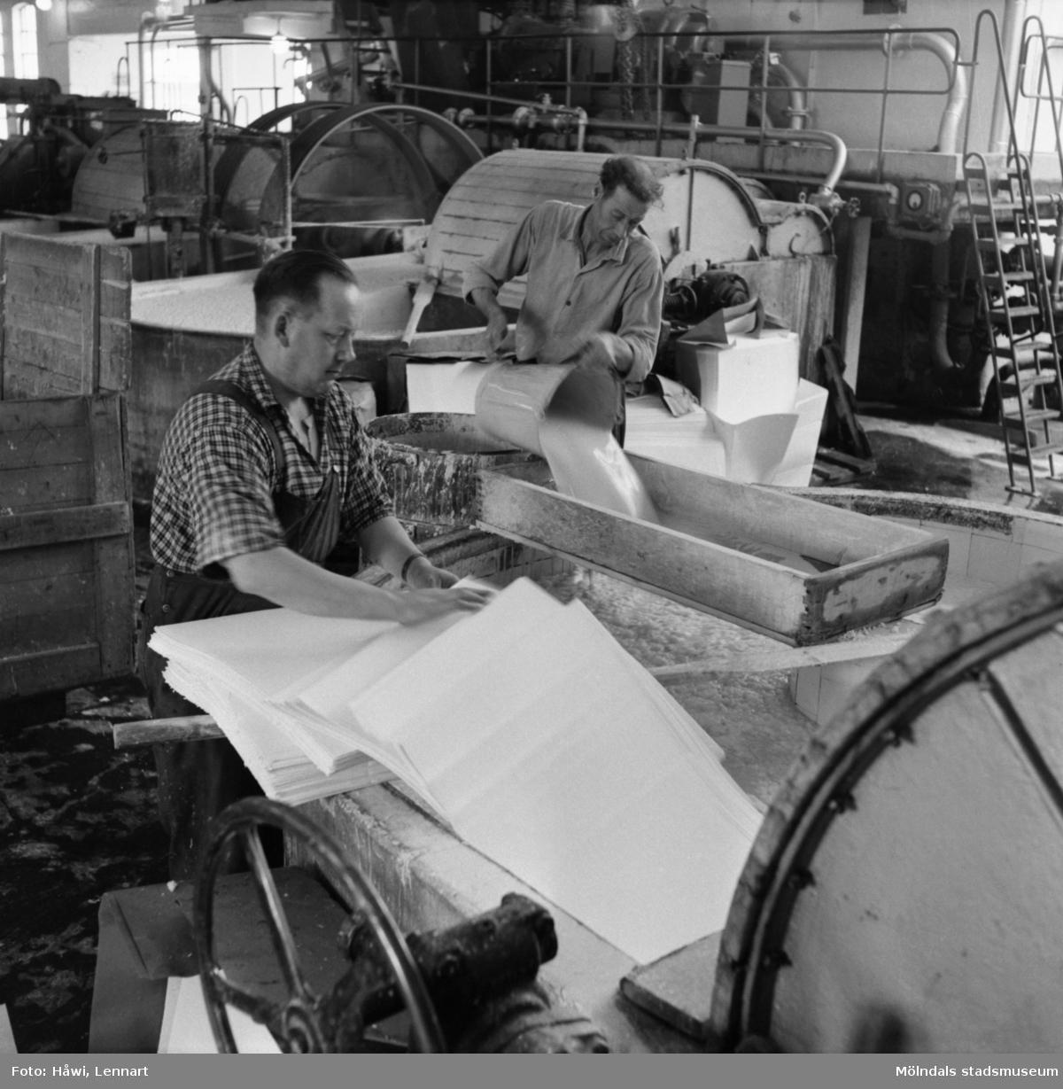 Två män i arbete vid holländeri på Papyrus i Mölndal, 6/5 1955. Mannen till vänster är Ragnar Fransson.