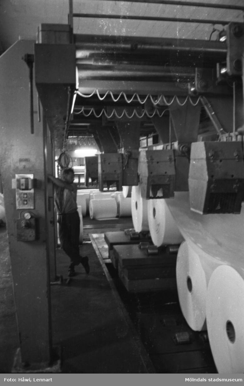 Man i arbete vid maskin på Papyrus i Mölndal, hösten 1970.