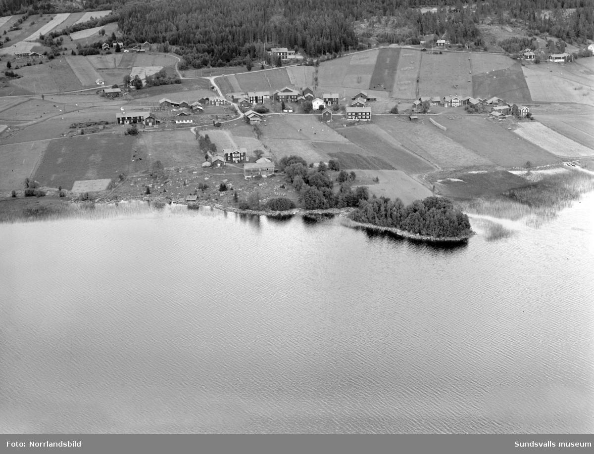 Flygfoton över Harvs by vid sjön Vikarn i Attmar, före den stora branden. I överkant syns Harvs gamla skola.